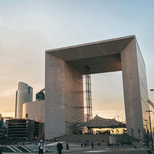 Photo d'une tour qui se trouve à la Défense dans le département des Hauts-de-Seine